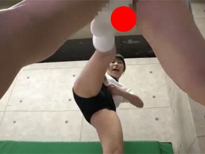 体操服のロリ少女が金蹴りを練習?!この娘に何があったのか…?